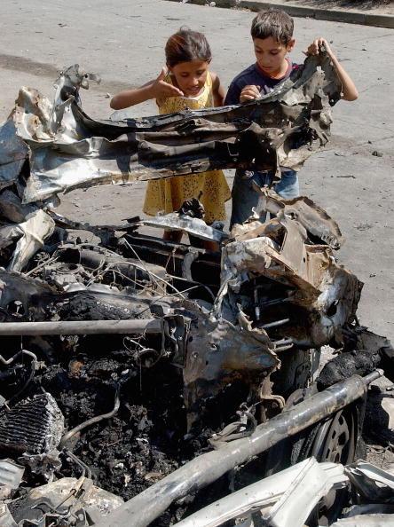 Side By Side「Car Bomb Explodes Near Stampede Bridge」:写真・画像(4)[壁紙.com]