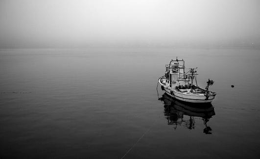 モノクロ「Fishing Boat in Istanbul」:スマホ壁紙(11)