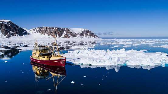 Pack Ice「Fishing boat in Arctic Sea, Raudfjorden, Spitsbergen, Svalbard and Jan Mayen, Norway」:スマホ壁紙(4)