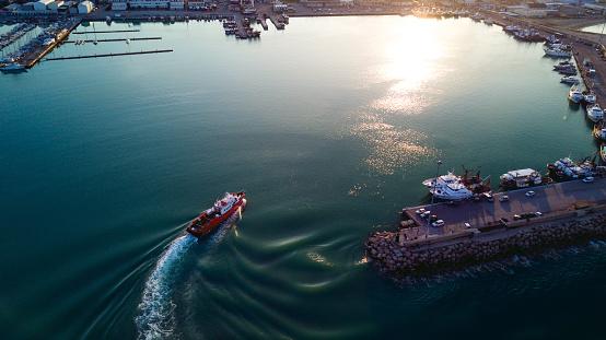 Wave「漁船が港に戻ってくる」:スマホ壁紙(11)
