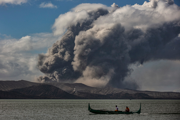 Philippines「Taal Volcano Erupts In The Philippines」:写真・画像(9)[壁紙.com]