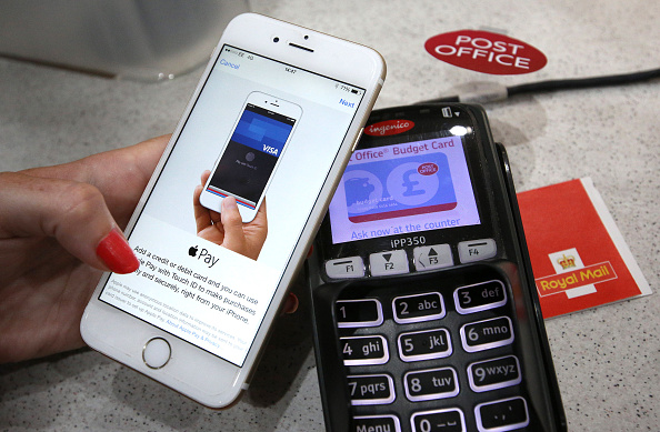 Paying「Apple Pay Launches In The UK」:写真・画像(3)[壁紙.com]