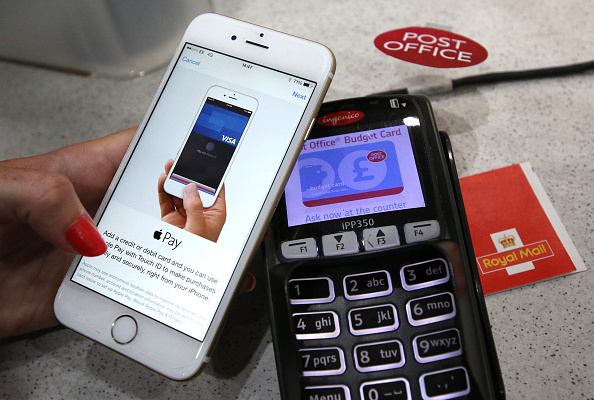 Paying「Apple Pay Launches In The UK」:写真・画像(2)[壁紙.com]