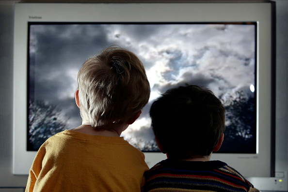 後ろ姿「Children Watch Television At Home」:写真・画像(1)[壁紙.com]