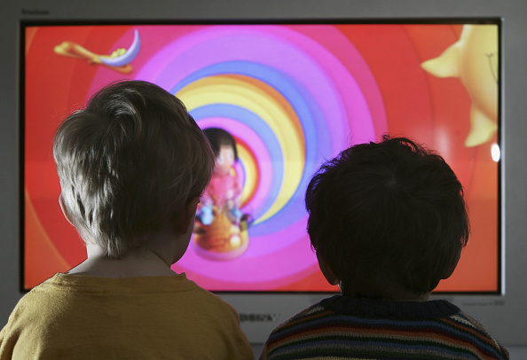 Television Set「Children Watch Television At Home」:写真・画像(3)[壁紙.com]