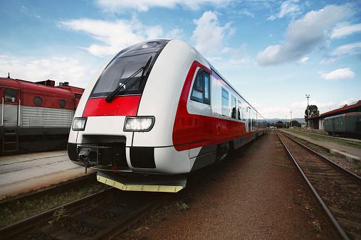 鉄道・列車「鉄道駅で Prievidza (スロバキア)」:スマホ壁紙(6)