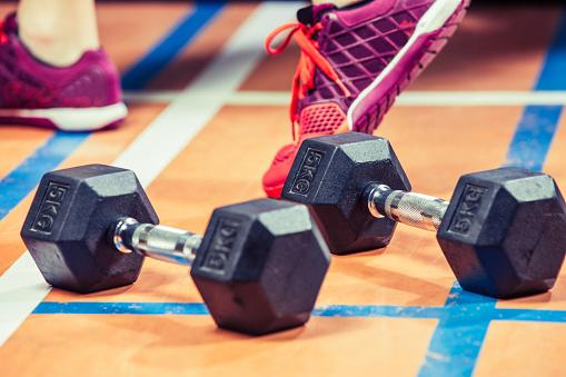 趣味・暮らし「体のバランスのクローズ アップ ダンベルの重み」:スマホ壁紙(8)