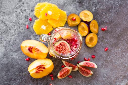 スモモ「Glass of infused water with orange slices, fig, pomegranate seed, nectarine and plums」:スマホ壁紙(15)