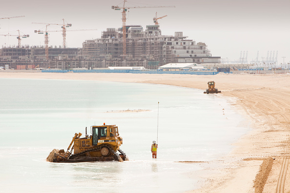 Middle East「Workers creating a new beach resort on the Palm development in Dubai. Creating new sea front real estate is a questionable thing to do as climate change driven sea level rise could well threaten it in the near future.」:写真・画像(11)[壁紙.com]