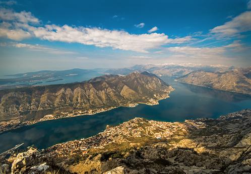 アドリア海「湾のコトル、空から見た風景」:スマホ壁紙(14)