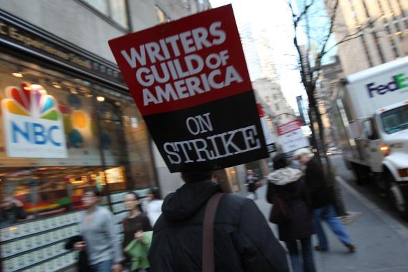 作家「Writers Guild Pickets Late Night Talk Shows In New York」:写真・画像(3)[壁紙.com]