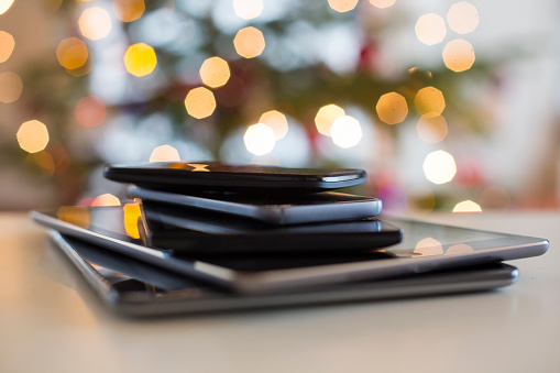 Defocused「Stack of digital tablets and smartphones at Christmas time, close-up」:スマホ壁紙(18)