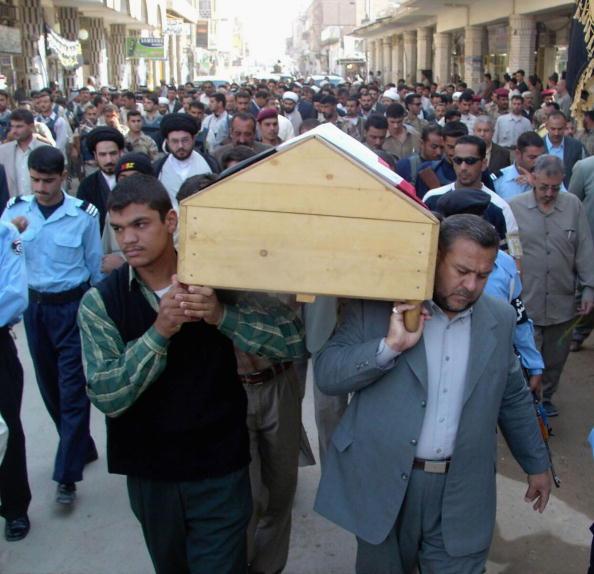 Focus On Foreground「Funeral Of Iraqi Cabinet Adviser Held In Najaf」:写真・画像(13)[壁紙.com]