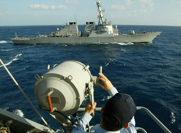 Bay of Water「Signalman sends Morse code to USS Arliegh Burke」:写真・画像(2)[壁紙.com]
