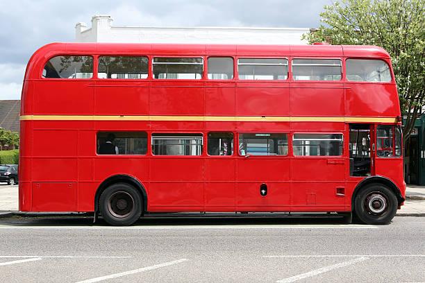 Red bus:スマホ壁紙(壁紙.com)