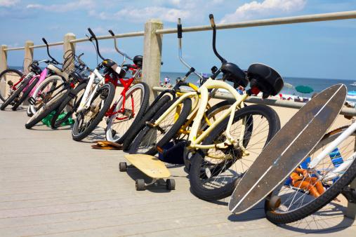 ニュージャージー州 ジャージー・ショア「Beach cruisers and skateboards on beach boardwalk」:スマホ壁紙(1)