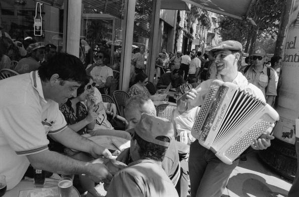 Accordion - Instrument「Accordionist Outside Cafe」:写真・画像(0)[壁紙.com]