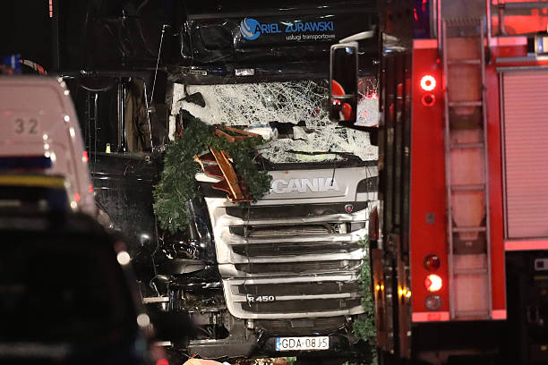 Lorry Drives Through Christmas Market In Berlin:ニュース(壁紙.com)