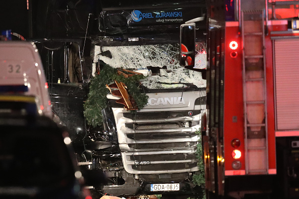 ベルリン「Lorry Drives Through Christmas Market In Berlin」:写真・画像(7)[壁紙.com]