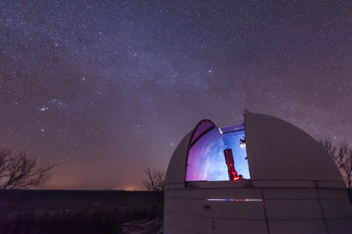 star sky「A domed observatory is open for business as a refractor telescope surveys the heavens, Crowell, Texas.」:スマホ壁紙(10)