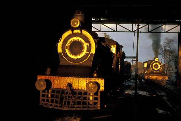 Cylinder「The late afternoon sun shines through the motive power depot at Malakwal in the Pakistan's Punjab and illuminates an SPS Class inside cylinder 4-4-0 of British origin. In the depot yard can be seen an XA Class Pacific. January 1977.」:写真・画像(19)[壁紙.com]