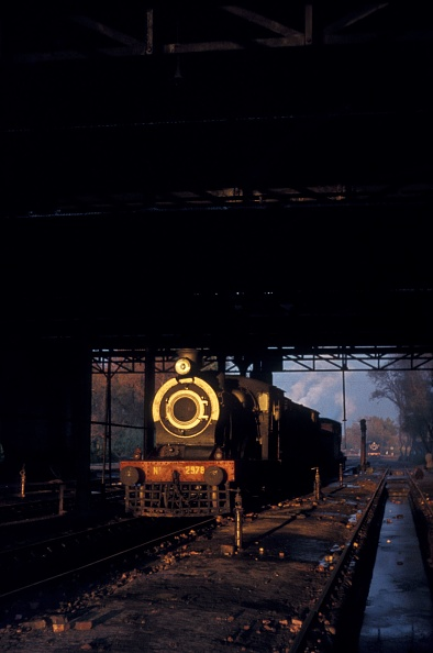 Cylinder「The late afternoon sun shines through the motive power depot at Malakwal in the Pakistan Punjab and illuminates an SPS class inside cylinder 4-4-0 of British origin. January 1977.」:写真・画像(18)[壁紙.com]