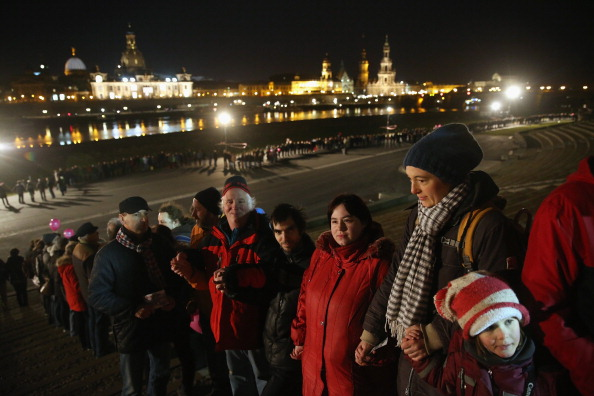 People In A Row「Dresden Citizens Counter Neo-Nazis On WW2 Firebombing Anniversary」:写真・画像(15)[壁紙.com]