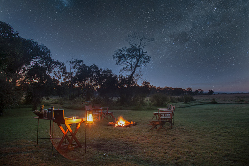 Kenya「A safari camp at night under starry sky」:スマホ壁紙(15)