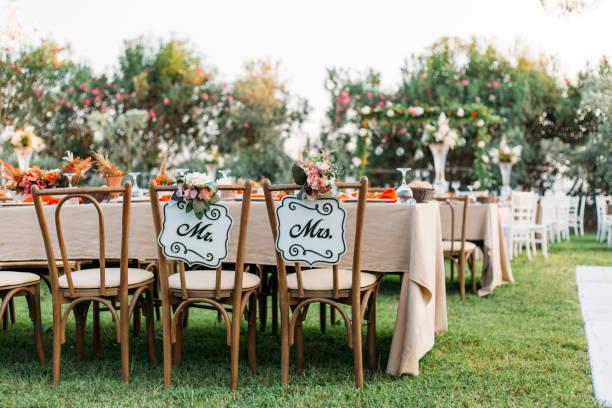 Bride and Groom Chair at Wedding Reception:スマホ壁紙(壁紙.com)