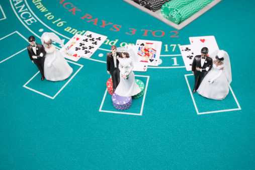 Married「Bride and groom figurines on betting table」:スマホ壁紙(14)