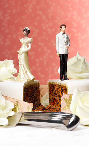 Bride and groom figurines on separate pieces of wedding cake, close-up:スマホ壁紙(壁紙.com)