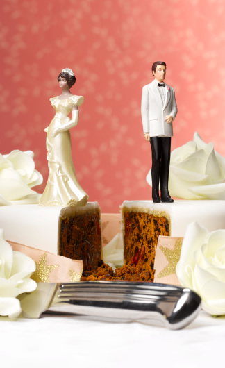 結婚「Bride and groom figurines on separate pieces of wedding cake, close-up」:スマホ壁紙(10)