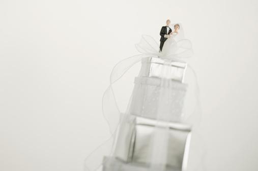 Married「Bride and groom figurines on top of gifts」:スマホ壁紙(18)