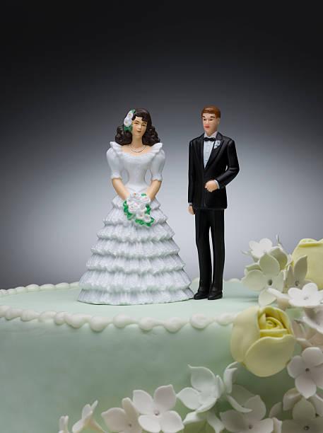 Bride and groom figurines on top of wedding cake:スマホ壁紙(壁紙.com)