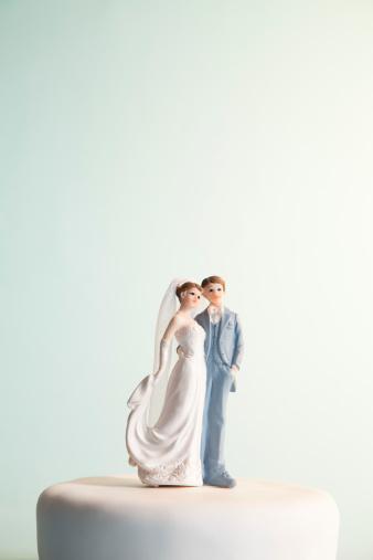 ミニチュア「花嫁と花婿のフィギュアの上のウェディングケーキ」:スマホ壁紙(13)