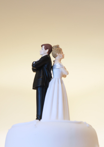 Married「Bride and groom figurines on cake top back to back」:スマホ壁紙(19)