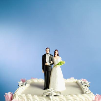 Married「bride and groom figurines on a wedding cake」:スマホ壁紙(0)