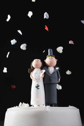 Formalwear「Bride and groom cake decorations being showered with confetti」:スマホ壁紙(13)