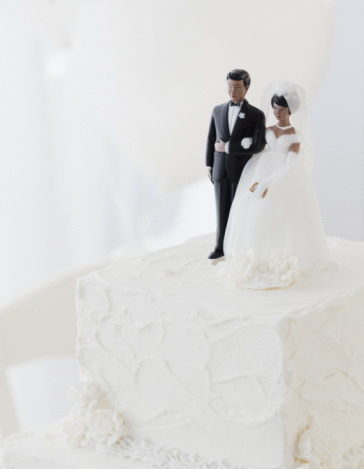 Married「Bride and groom cake toppers on wedding cake」:スマホ壁紙(9)