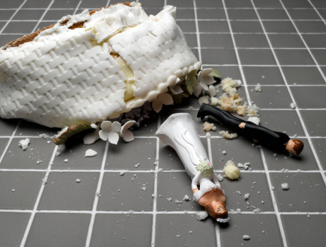 結婚「Bride and groom figurines lying at destroyed wedding cake on tiled floor」:スマホ壁紙(9)