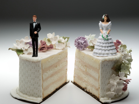 結婚「Bride and groom figurines standing on two separated slices of wedding cake」:スマホ壁紙(11)