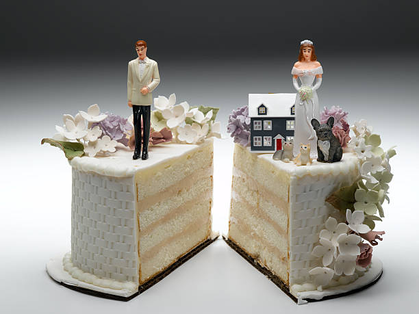 Bride and groom figurines standing on two separated slices of wedding cake:スマホ壁紙(壁紙.com)