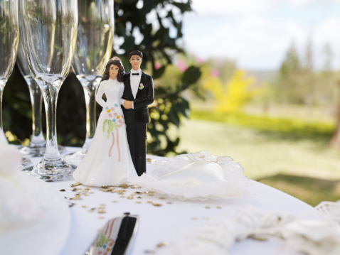 結婚「Bride and groom figurine on table by champagne flutes」:スマホ壁紙(7)