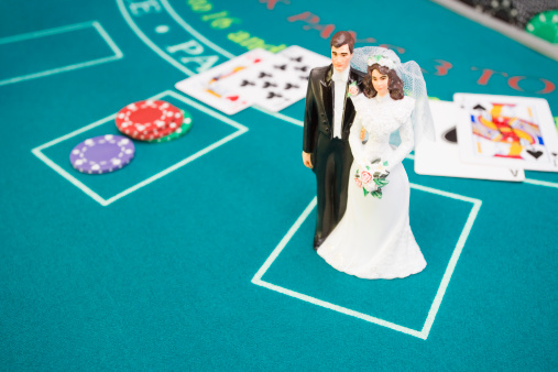 Married「Bride and groom figurine on betting table」:スマホ壁紙(13)