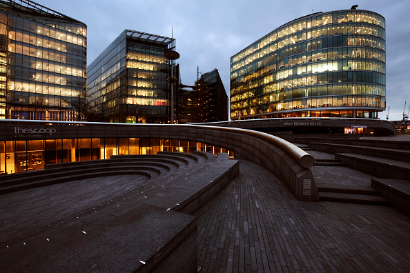 造園「More London Riverside development, south bank of the River Thames, London. The buildings were designed by Foster and Partners architects. The landscape was designed by Townshend Landscape Architects」:写真・画像(7)[壁紙.com]
