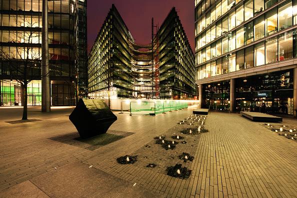 造園「More London Riverside development, south bank of the River Thames, London. The buildings were designed by Foster and Partners architects. The landscape was designed by Townshend Landscape Architects」:写真・画像(8)[壁紙.com]