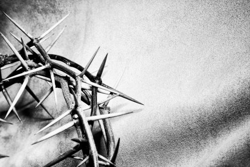 イースター「冠を戴いた天使像、Copyspace」:スマホ壁紙(16)