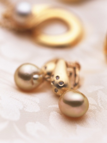 Earring「Earrings and necklace with pearls on fabric, high angle view, close up, In Focus, Out Focus, Differential Focus, Out Focus」:スマホ壁紙(2)