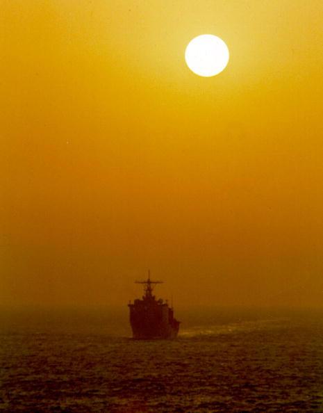 Skyscraper「The Dock Landing Ship USS Harpers Ferry Cuts A Path Through The Arabian Gulf」:写真・画像(10)[壁紙.com]