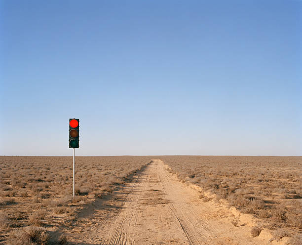 Red traffic light on desert road:スマホ壁紙(壁紙.com)